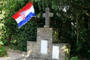 Hrvatska trobojnica na križu u Kevelaeru