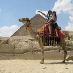 77_Sa suprugom na devi ispred piramida