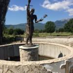 Slika kipa Svetog Ive Krstitelja sa snimljenom pticom na izvoru Svekar vode u Mišima na Buškom Blatu