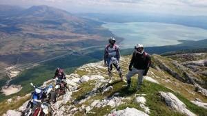 Slika za vječnost Danijel Tokić, Ivan Tokić i Tomislav Maglica. U pozadini predivan pogled na planinu Tušnicu i Buško jezero