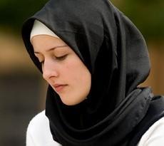 Mlada žena sa maramom na glavi ne nosi burku