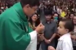 Oboljeli djecak iz Brazila pima sv. pričest