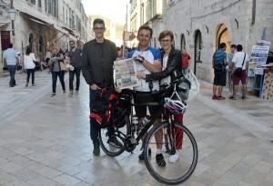 Blago Džajkić  sa suprugom i sinom na dubrovačkom Stradunu/ Snimio čitatelj