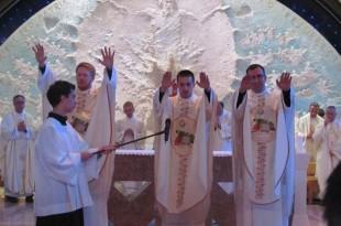 Mladomisnici Prvi mladomisnicki blagoslov nakon svecenickog redjenja
