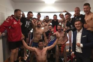 Nogometaši Jadrana proslavljaju naslov prvaka,, predsjednik  J. Župan je prvi s lijeva