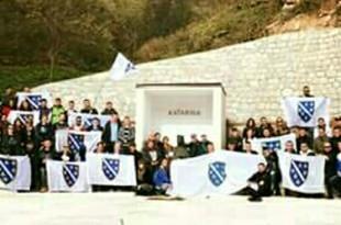 Skupina koja je sa zastavama s ljiljanima upala u samostansko dvoriste u kraljevoj sutjesci i skrnavili vjerska obilježja Hrvata