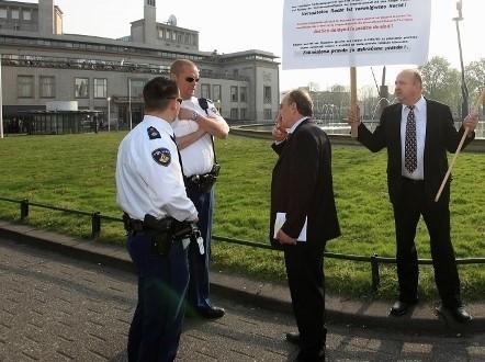 Ivan Lozo i Bože Jakeljić tijekom demonstracija u Den Haagu razgovaraju sa nizozemskim čuvarima reda