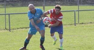 Iscrpljujuća borba igrača Posavine (plavi) i Tempa (crveni)  Foto:Fenix-magazin