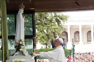 Papa Franjo u Fatimi se poklonio i molio ispred kipa fatimske Gospe Foto:FAH