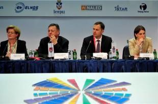Nova premijerka Srbije (na slici prva s desno)  Foto Hina
