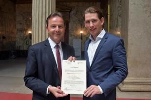 Šef austrijske diplomacije Sebastian Kurz (desno) čestitao  predsjedniku Austrijsko-hrvatskog društva  Nikolausu Berlakovichu