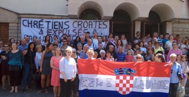 Hrvati Pariza danas su mirno prosvjedovali pred crkvom koju su sami renovirali i koristili zadnjih 25 godina