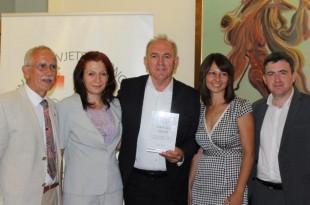 FM_1.Stipe Puđa sa Vinkom Sabljom i Igorom Lackovićem te predstavnicama Udruge leptirići Vukovar kojima je predao svoju novčanu nagradu