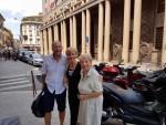 Modna dizajnerica Diana Marazza Jelinek ( u sredini) je  iz Švicarske otputovala na odmor u Milano