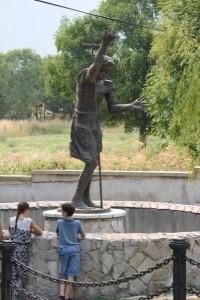Brončani kip Svetog Ive u središtu izvora Svekar vode / Foto: Fenix