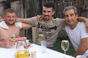 Nakon dugog putovanja Ivana (u sredini) prijatelji su dočekali s gradelama