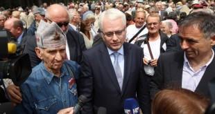 Ivo Josipović se nije mogao suzdražati pa se počeo prepucavati s ljutitim komentatorima