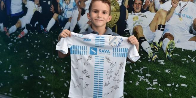Mali navijač Rijeke Tin Popović dobio je dres Rijeke sa potpisima igrača za iskazanu pripadnost svom klubu / Foto:HNK Rijeka