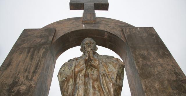 Kriz i statua Pape