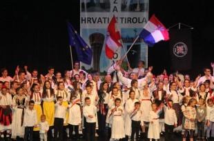 Svi sudionici programa Vukovarske večeri zajedno su zapjevali hrvatsku himnu