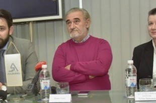 "Marin Topić (u sredini) na konferenciji za novinare povodom otvaranje izložbe ""Zemlja humska - kist i Krist""  / Foto:Fena"