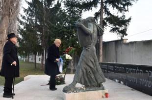 Hrvatska predsjednica Kolinda Grabar-Kitarović, zajedno sa svojim posebnim savjetnikom za pitanja holokausta Brankom Lustigom, položila je u subotu cvijeće pod skulpturom Mojsija na židovskom groblju na Mirogoju u povodu Međunarodnog dana sjećanja na žrtve holokausta / Foto: HINA