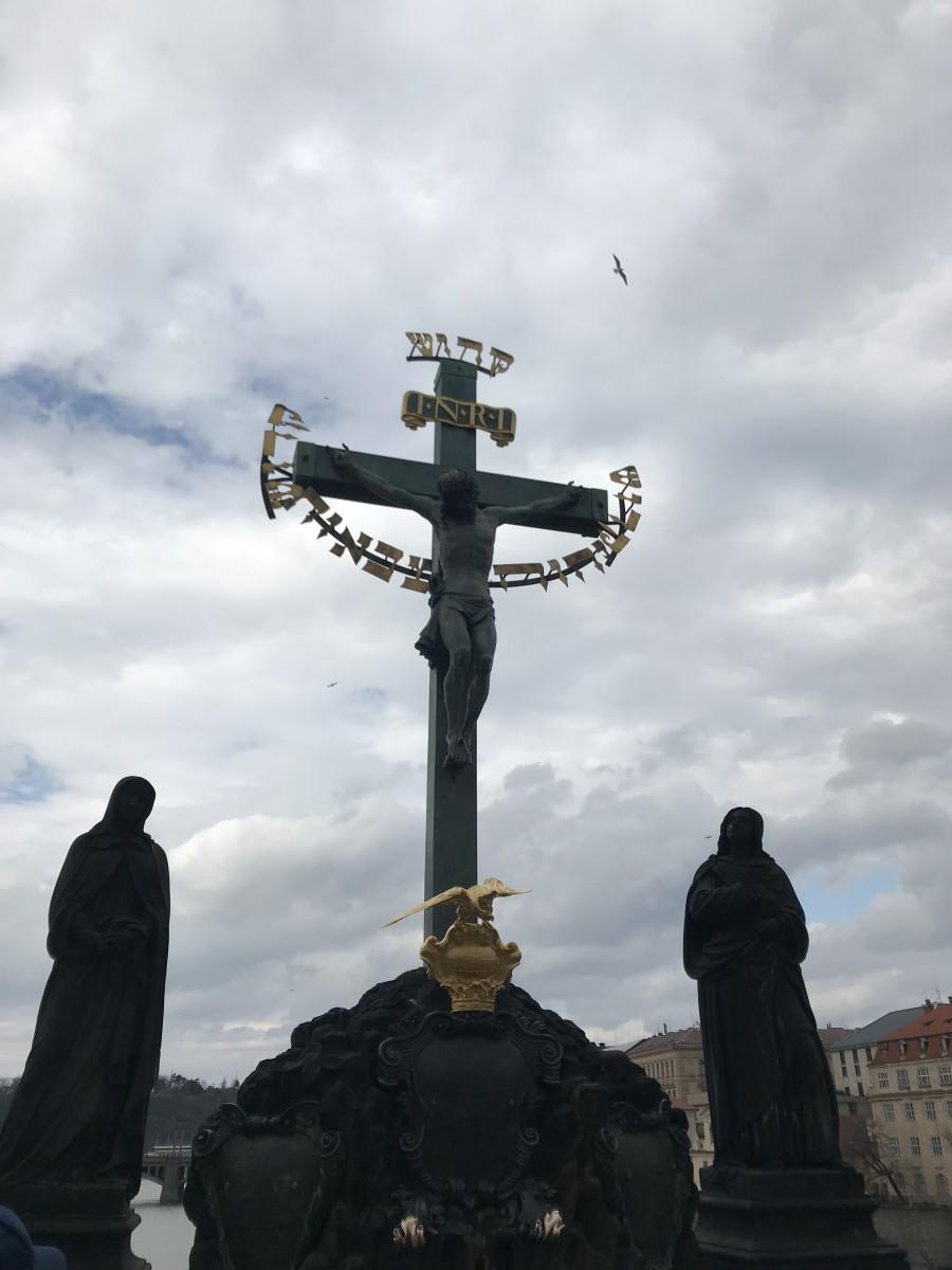 Križ na Karlovu mostu u Pragu / Foto: Fenix
