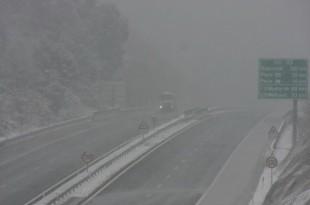 Promet na autocesti kod Vrgorca usporen zbog guste magle i snije