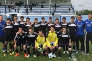 Mladi nogometaši izabrane vrste HSK Njemačke sa svojim trenerima / Foto:Fenix Magazin