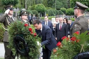 Vijenci na grobnici Gojka Šuška u povodu 20. obljetnice njegove