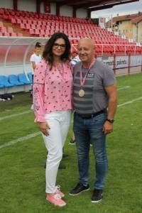 Ivana Perkušić predala je Luki Rakitiću pehar i zlatu medalju / Foto: Fenix Magazin