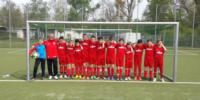 Juniori Zrinskog s trenerom Grgićem. Foto: Bono Žepić