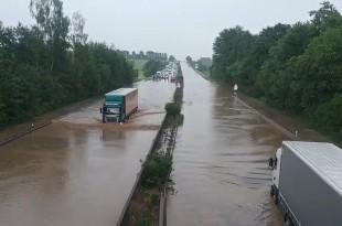 Jaka kiša izazvala je poplavu  u nedjelju u večernjim satima  na autocesti A14 u smjeru Dresdena. Foto: Screenshot