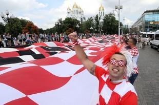 Samo par sati prije utakmice Svjetskog nogometnog prvenstva Rusija 2018 između reprezentacija Hrvatske i Nigerije, hrvatski navijači razvili su 100-metarsku zastavu na Trgu Pobjede u centru Kalinjingrada.  foto HINA