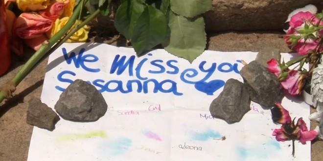 Susanna Feldman je pokopana  na groblju u Mainzu. Njezine  školske    kolege se još opraštaju od nje pišući poruke i paleći svijeće. Foto: Screenshot