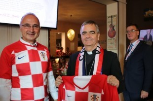 Veleposlanik dr. Grlić Radman i papinski nuncij Nikola Eterović s hrvatskim dresovima  /Foto: Fenix Magazin