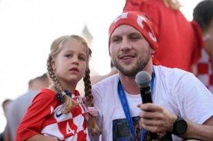 Ante Rebić bio je presretan dočekom kojeg su njemu i suigračima priredili Imoćani / Foto: Hina