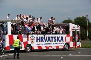 Nakon slijetanja reprezentativci su se ukrcali u otvoreni autobus kojim su išli do Trga bana Jelačića/Foto: Hina
