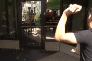 Jajima gađali ulaz zgrade Ministarstva zdravstva / Foto:Screenshot