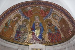 Detalj unutrašnjosti crkve Gospina usnuća u kojoj se nalazi i hrvatski grb / Foto: Fenix