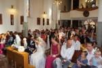 Pogled na crkvu s vjernicima