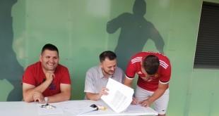 Mario Lažeta potpisuje ugovor kojim se vraća u Croatiju Frankfurt / Foto: FM / Miljenko Mrkonjić