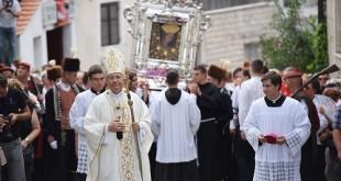 U svečanoj procesiji u Sinju više desetaka tisuća vjernika. Foto: Hina