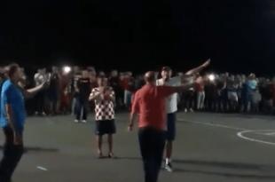 Mještani Teslića u Bosni i Hercegovini sinoć su dočekali legendarnog komentatora Hrvatske televizije