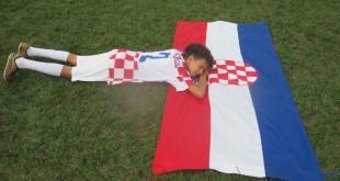 Na travnjaku u Rio de Janeira dječak poput Šime leži na hrvatskoj zastavi i mirno se raduje pobjedi. Foto: Vila Croácia
