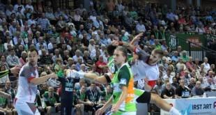 Domagoj Pavlović u akrobatskom stilu puca na gol Wetzlara / Foto: Fenix