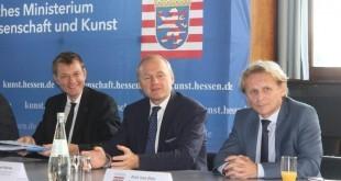 Dr. Ivan Đikić (desno) sa kolegama na konferenciji za medije u Frankfurtu / Foto: Fenix Magazin