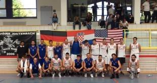 Zajednička slika košarkaša Croatia Hawksa i Komušine / Foto: Henix