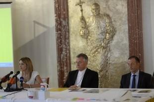 Tajnica Susreta obitelji Jelena Burazin, splitsko-makarski nadbiskup mons. Marin Barišić, v.d. ravnatelj KBC-a Split Julije Meštrović,. foto HINA