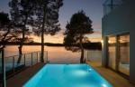 Idilična slika iz vile s pogledom na vanjski bazen i more